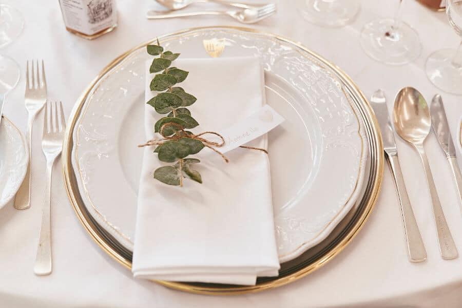Kümmern Sie sich um Ihre Gäste auf einer Hochzeitsfeier, an die man sich gern erinnert.